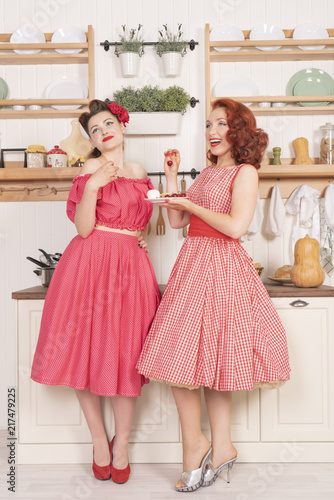 Photo Pretty cute joyful ladies wearing vintage clothes and having fun in their white