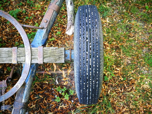 Fotografia, Obraz  Alter Reifen mit schmalem Profil eines alten nostalgischen Holzanhänger auf eine