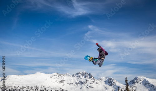 Obrazy Snowboard   snowboarder-in-mid-air-grabbing-the-back-of-his-board