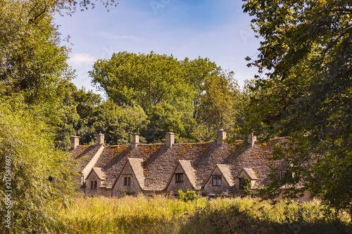 sredniowieczne-cotswold-kamienne-chalupy-arlington-wiosluja-w-wiosce-bibury