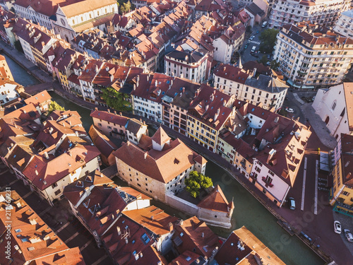 Photo Annecy Palais de Isle and Thiou river aerial top view, drone cityscape of histor