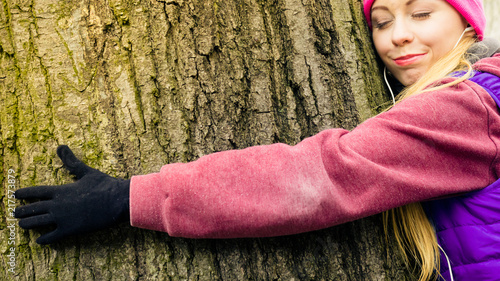 Fotografie, Obraz  Woman wearing sportswear hugging tree