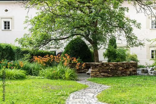 Fotografie, Obraz kleiner Innenhof eines Klosters mit Garten