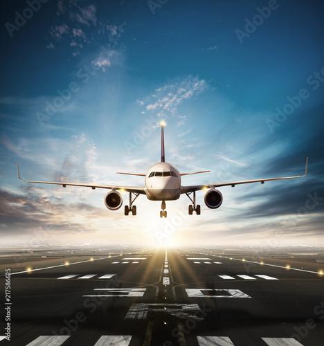 Fototapeta premium Samolot komercyjny startujący z pasa startowego