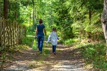 Mor Och Dotter Promenerar På En Väg Genom Skogen