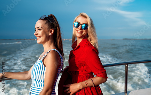 Fotografía  Two beautiful girls smiling on a ferry in Venice