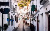 Fototapeta Uliczki - Charming whitewashed street of Mijas village. Costa del Sol. Spain