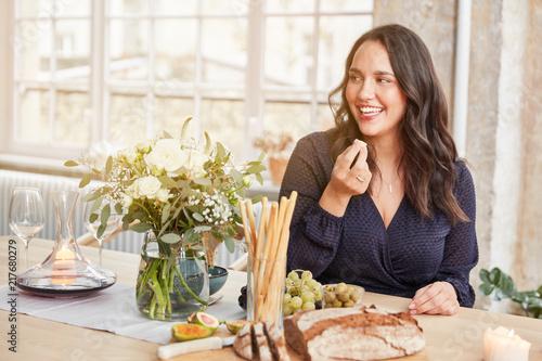 Fotografia Kurvige Frau beim Essen in der Küche