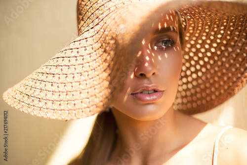 Photo  Close-up Fashion woman portrait of young pretty trendy girl in hat posing at the city, summer street fashion
