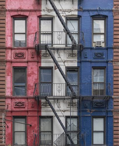 Fotografia Fire escapes of a colorful building in New York City