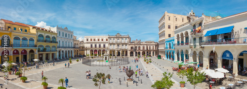 Foto auf Gartenposter Havanna Havana, Cuba-October 8, 2016. Panoramic view of Old Square Plaza Vieja surrounded by colonial buildings from the XVII, XVIII and XIX centuries on October 8, 2016 in old part of de La Habana.