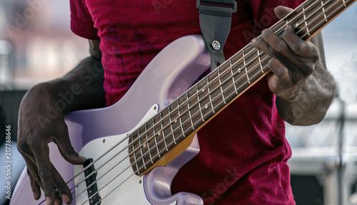 Obraz na plátně Chitarrista negro, con un basso a 5 corde