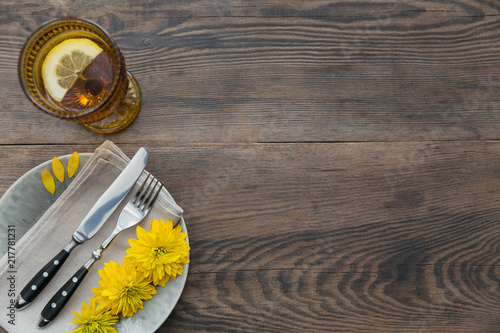 Fotografía  Rustic table setting with linen napkin, cutlery, ceramic plates, yellow glasses