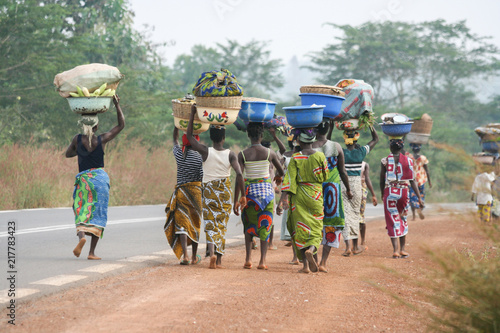 Photo African women carrying bowls on their heads, Benin, Africa