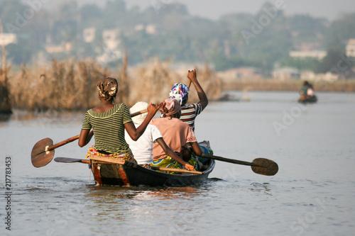 Photo African women rowing on Lake Nokoue, Benin