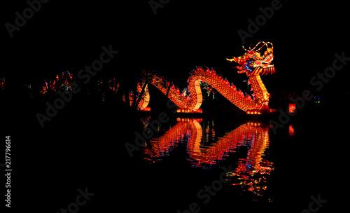Fototapeta premium Oświetlona latarnia chińskiego smoka