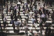 横断歩道を渡る人々 スローシャッター