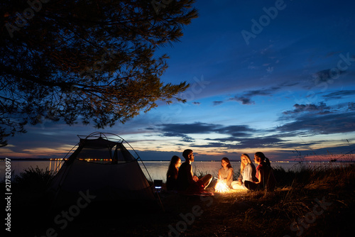 Fotografia Night summer camping on lake shore