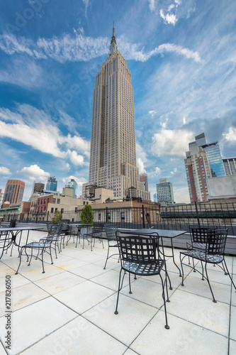 Tuinposter New York City Rooftop cafe overlooking the Empire state building, Manhattan, New York City.