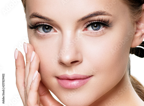 Canvas Print Beautiful brunette woman with beauty lashes and pink lipstick healthy skin isola