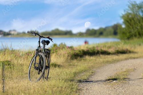 Spoed Foto op Canvas Noordzee Fahrrad am Meer mit Aussicht auf den Mond in Urlaubsgegend.