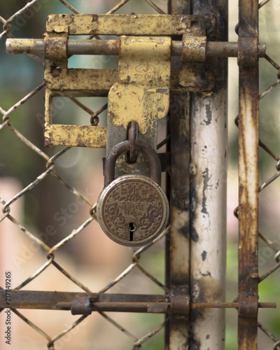 Foto op Plexiglas Chicago Rusted lock on old fence