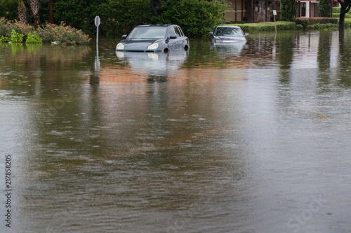 Plakat Samochody zanurzone w Houston, Texas, US podczas huraganu Harvey. Woda może dostać się do silnika, części przekładni lub innych miejsc. Katastrofalne roszczenie o ubezpieczenie pojazdu samochodowego. Koncepcja ciężkiej pogody