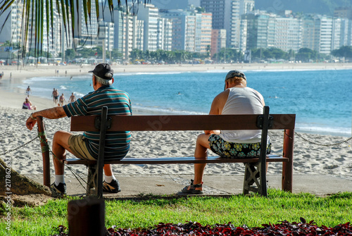 Deurstickers Centraal-Amerika Landen Two elderly people sitting on the bench at Copacabana beach