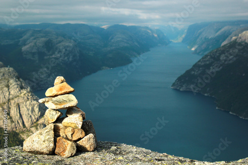 Stone cairn on Neverdalsfjell mountain over Lysefjord and Preikestolen rock, Nor Fototapete