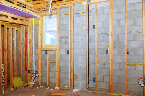 Photo New residential construction home framing with basement view