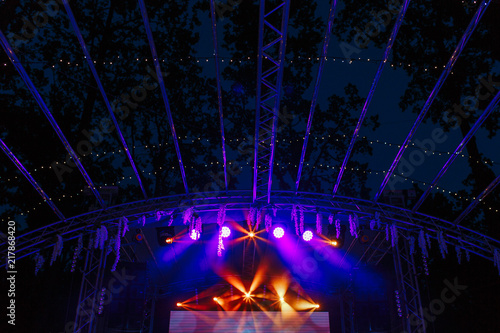 Láminas  Free stage with purple and orange spot lights decorated with nature flowers