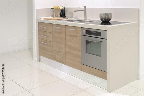 cucina moderna con forno, lavandino e piastra a induzione ...