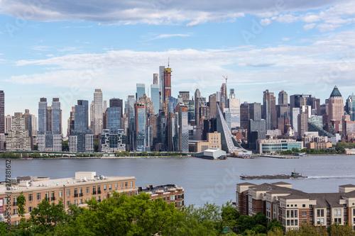 Deurstickers New York City New York City midtown Manhattan skyline panorama view from Boulevard East Old Glory Park over Hudson River.