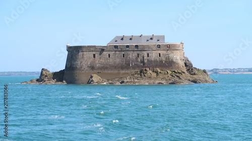 In de dag Vestingwerk Îlot et fort de la Conchée en pleine mer, à Saint-Malo en Bretagne (France)