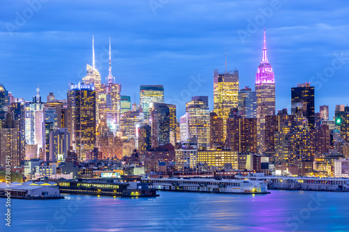 Deurstickers New York City West New York City midtown Manhattan skyline panorama view from Boulevard East Old Glory Park over Hudson River at dusk.