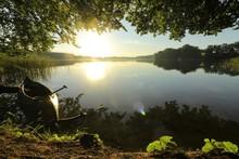 Idylle Morgens Am See, Kanu Am Ufer, Konzept Natur, Abenteuer, Outdoor