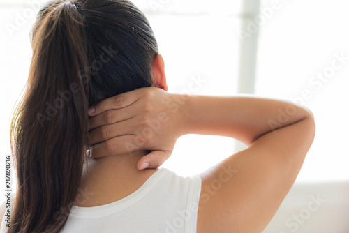 Fotomural Closeup woman neck and shoulder pain and injury
