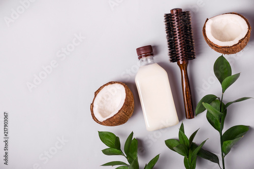 Fotomural Coconut oil and tropical leaves. Hair care spa concept. Toned