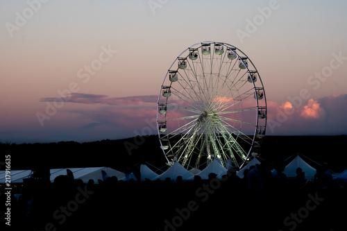 Zdjęcie XXL Ferris koło z zimy nieba różowym tłem