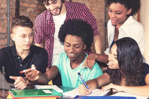 Fotografia  Internationale Studenten bereiten sich gemeinsam auf Prüfung vor