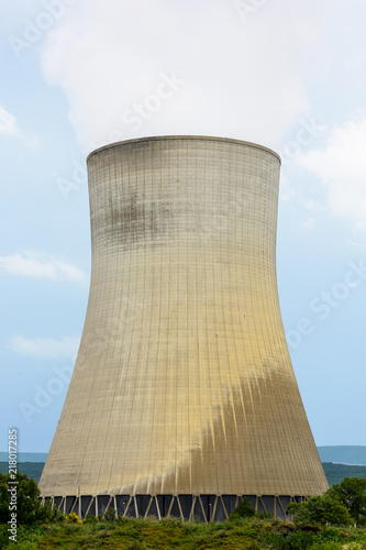 Fotografía  A natural draft cooling tower of a nuclear power plant releasing clouds of water vapor