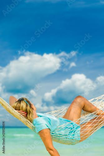 Photo  Woman in hat sitting in hammock on the beach