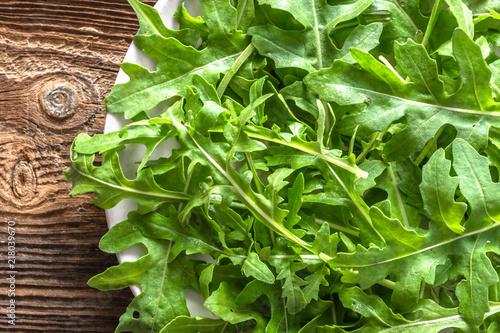 Photo Fresh arugula leaves for salad on plate, vegetarian food based on green vegetabl