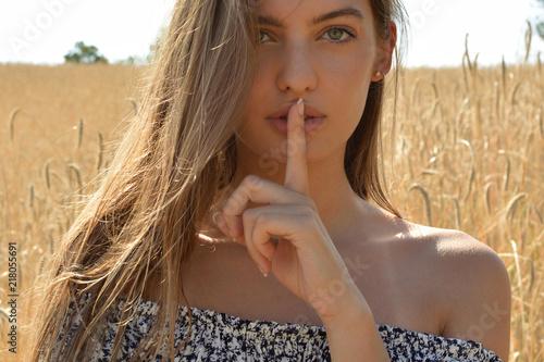 Fotografie, Obraz  mujer con hermosos ojos, mostrando silencio
