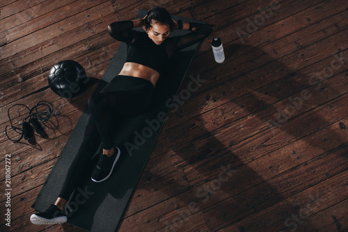Poster Fitness Female doing abs workout at the gym