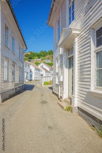 Obrazy w różnych kolorach white-wooden-houses-in-a-little-alley-in-flekkefjord