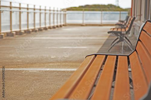 Fotografija  昼下がりにリゾート地のテラスにあるベンチでのんびり休息しながら考える