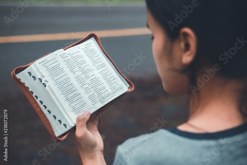 Fotografia A woman reading the Bible, meaning way. Vintage style