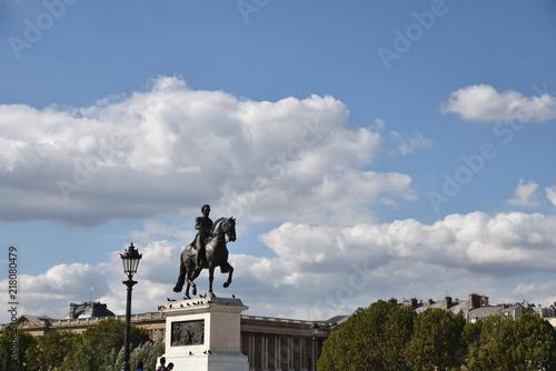 Statue équeste sur le pont Neuf à Paris, France