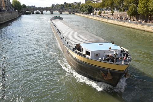 Fotografie, Obraz  Péniche sur la Seine à Paris, France
